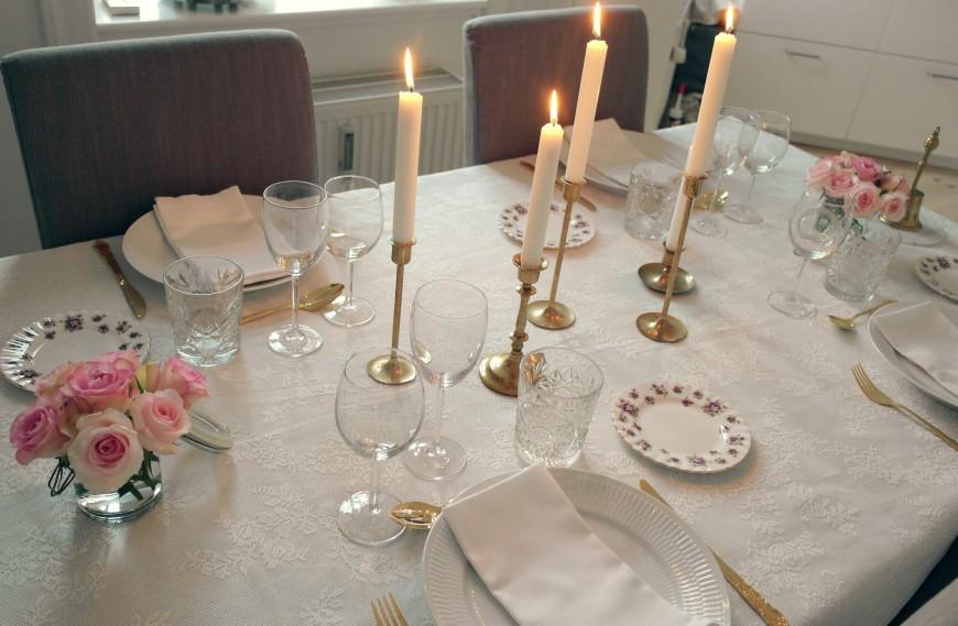 Borddækning med blonder, roser og guld